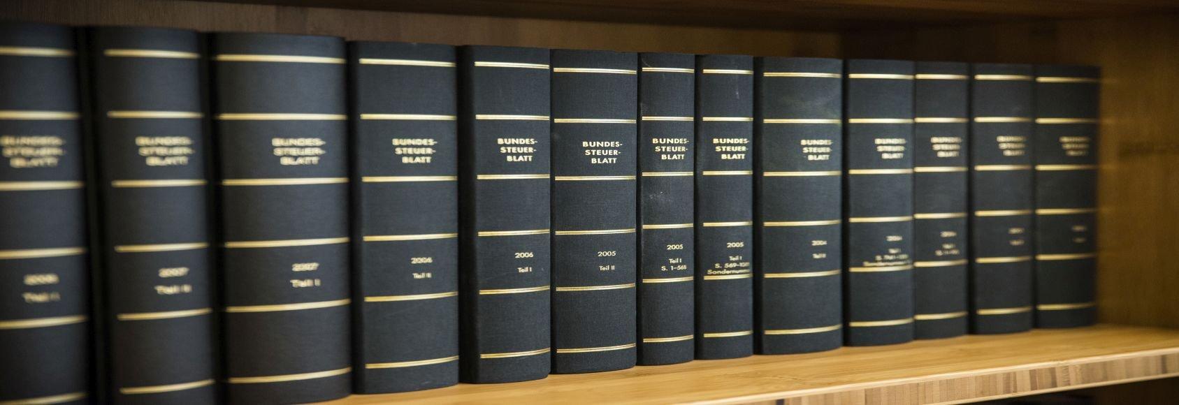 Bücher im Regal, Büchersammlung, Bücherregal, Steuerberatung